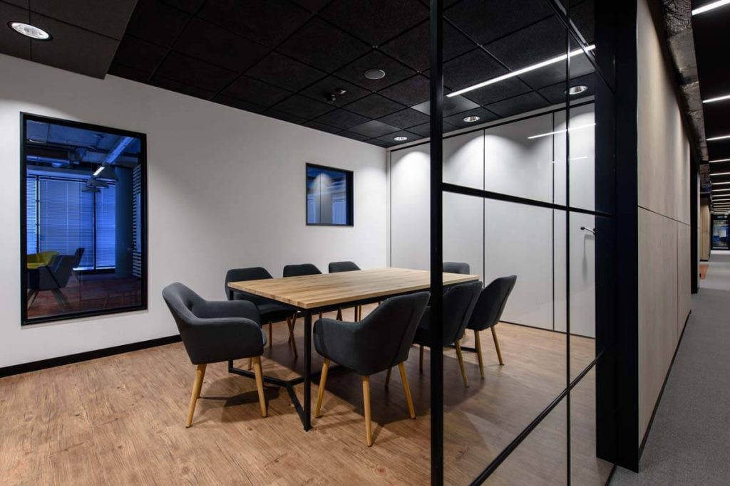 Arrangement of the office with a loft-style table